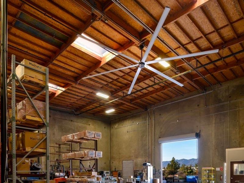 Большой потолочный вентилятор MacroAir с гарантией от 3 лет. Промышленные модели вентилятора легко крепить к различным конструкциям потолка и крыши.